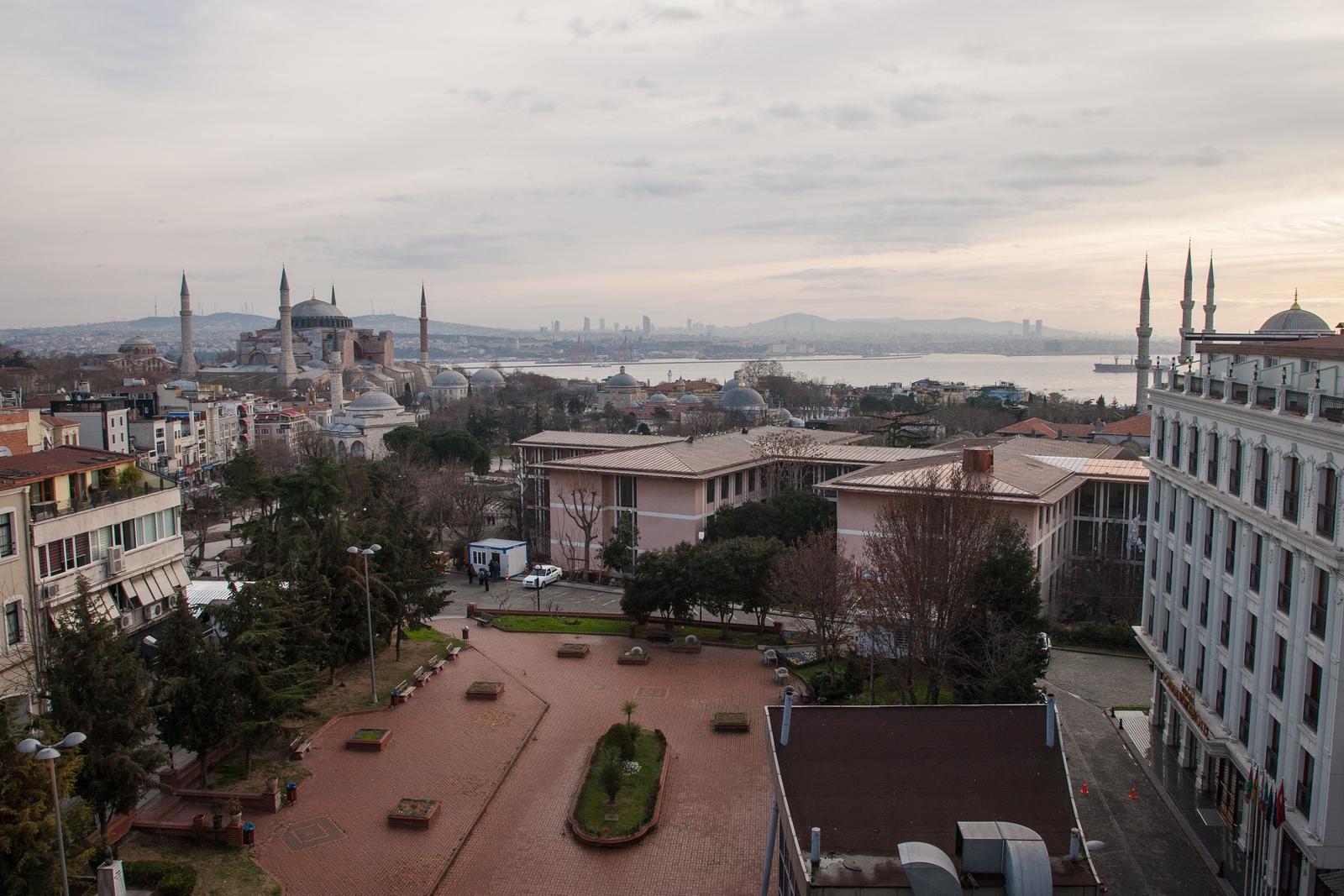 Вид с террасы отеля на Стамбул